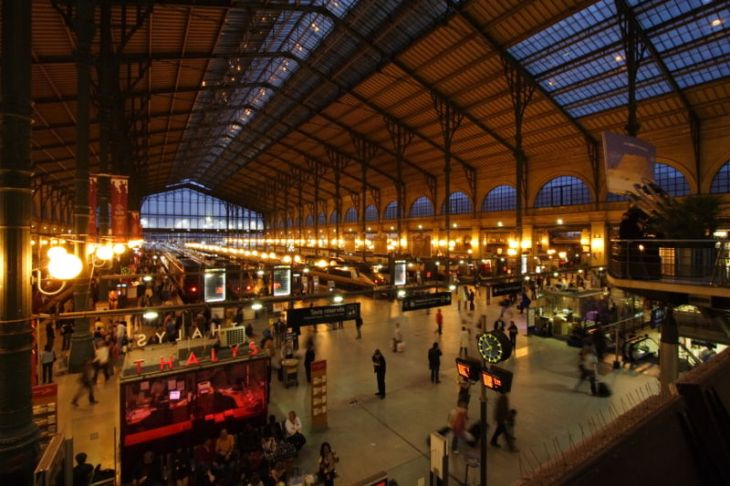 800px-Gare_du_Nord_night_Paris_FRA_001